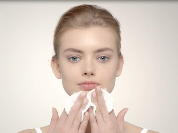 come detergere il viso correttamente