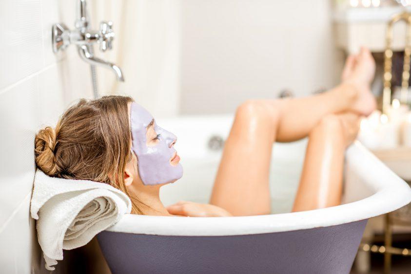 tempo per se: donna nella vasca con maschera facciale