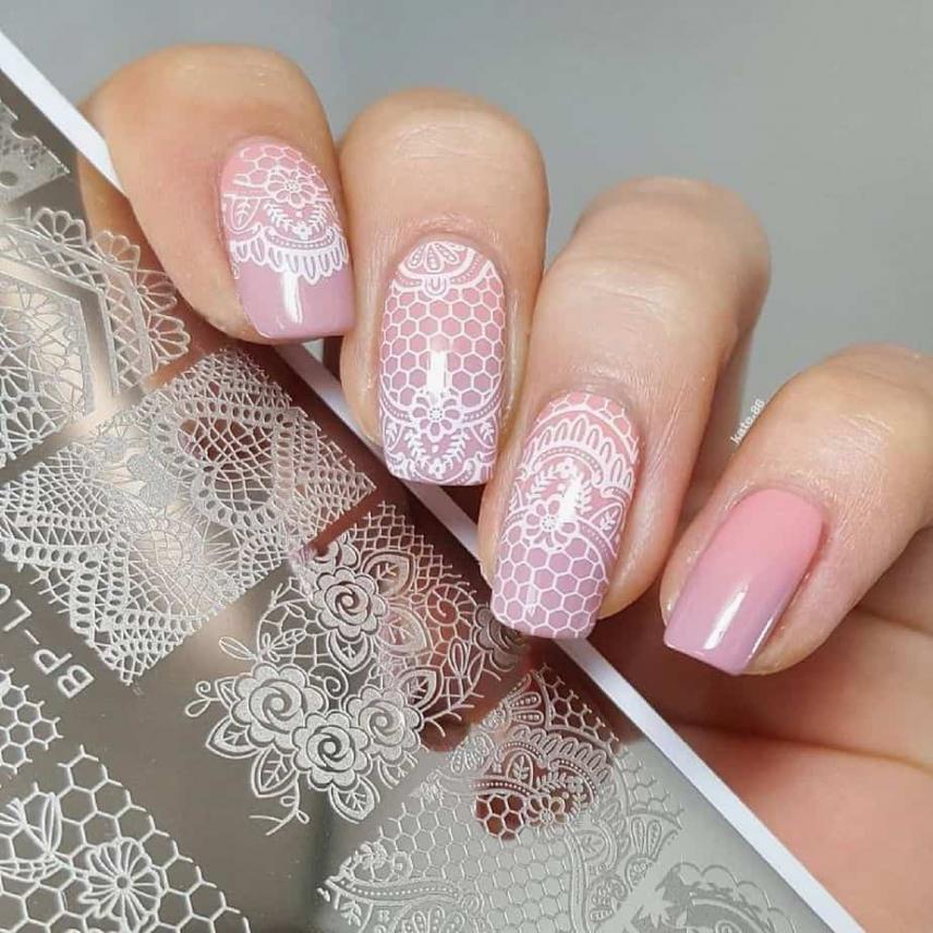 nail art rosa con stampo